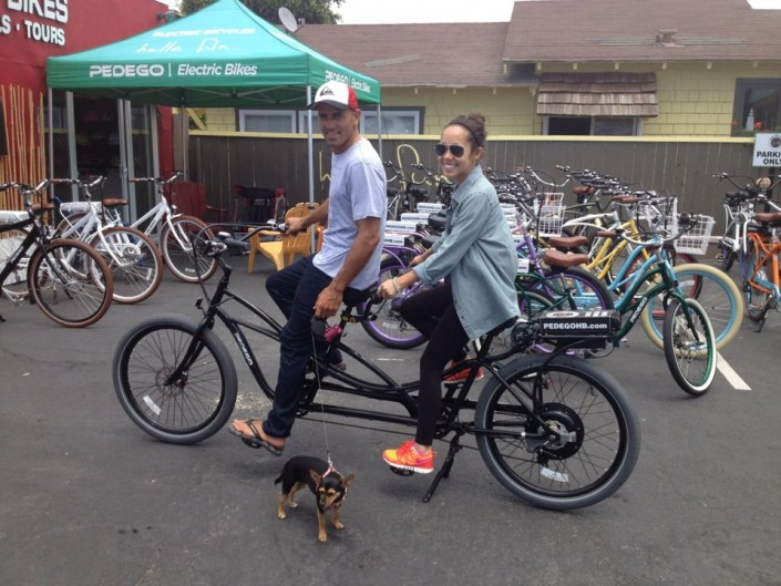 Kelly-Slater-Girlfriend-Riding-a-Pedego-Tandem